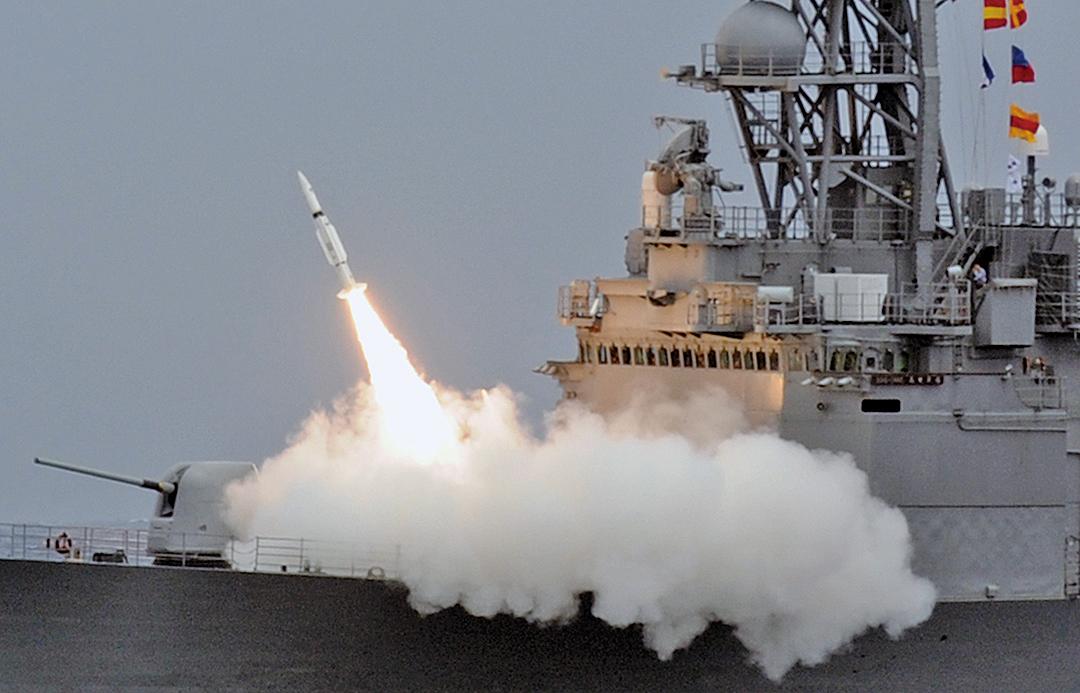 針對中共的武統台灣威脅,美國白宮國安會發言人馬奇斯(Garrett Marquis)發推文表示拒絕接受。圖為2013年9月26日,台灣一艘驅逐艦發射導彈。(AFP)