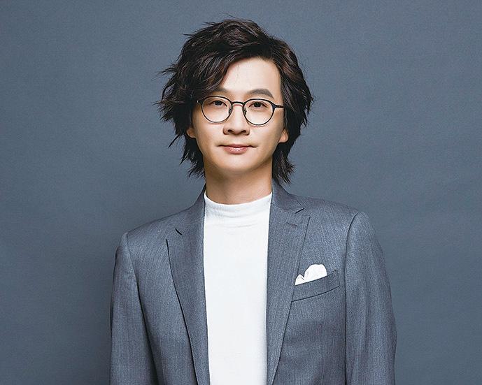 林隆璇新造型的微捲頭髮,讓他看起來又潮又年輕。(青田音樂提供)