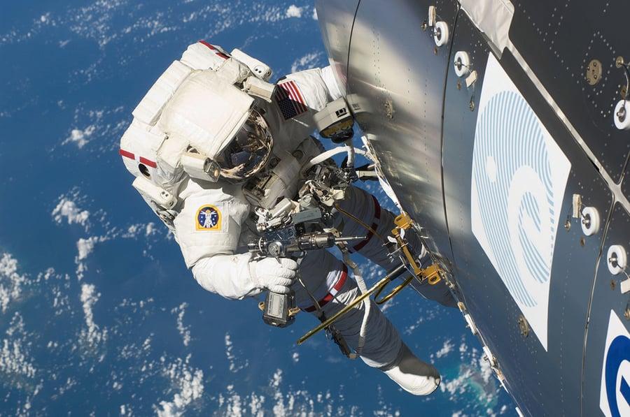 宇航員從空間站錯撥911擺烏龍