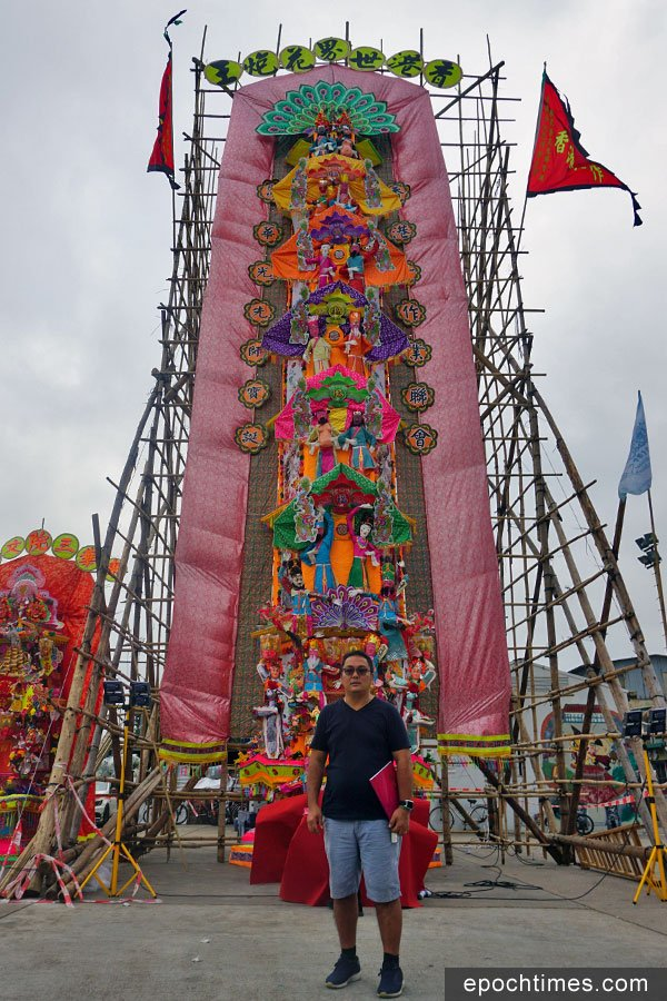 去年十一月華光先師寶誕期間,在元朗廈村鄉鄧氏宗祠外廣場展出的高達五十三呎的花炮,由冒師傅及一眾學員費時近兩個月製成。(陳仲明/大紀元)