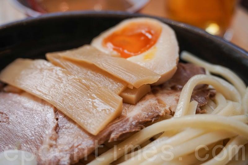溏心蛋的蛋黃一半呈果凍狀,味道都不錯,筍條清淡沒有渣。