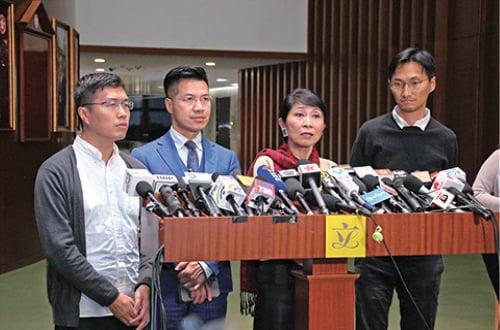 議會陣線議員毛孟靜(右二)質疑,國歌法檢控期延長至兩年是司法恐嚇,試圖一網打盡。(蔡雯文/大紀元)