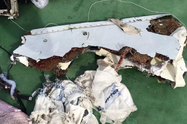 埃及調查人員表示,已經尋獲上個月墜毀地中海後消失無蹤的埃及航空公司A320飛機客艙碎片。圖為埃及軍方發言人的官方Facebook頁面上公佈的圖片。(AFP)