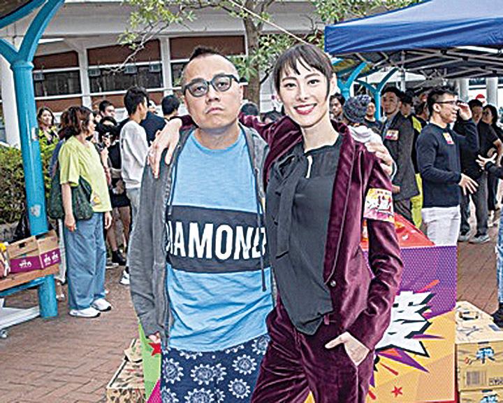 導演彭浩翔(左)靠一頓飯,讓梁洛施點頭演電影《恭喜八婆》。(華映提供)