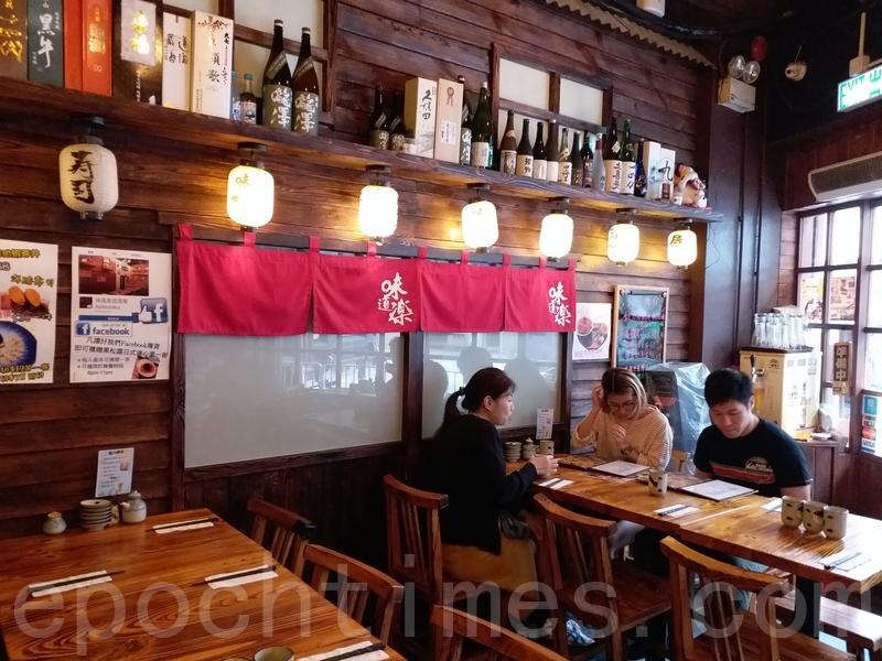 這間居酒屋的枱凳、牆身都是木,每個角落都經過悉心佈置,日本酒樽、懷舊海報招牌、烏絲燈炮,打造出傳統居酒屋的格局。