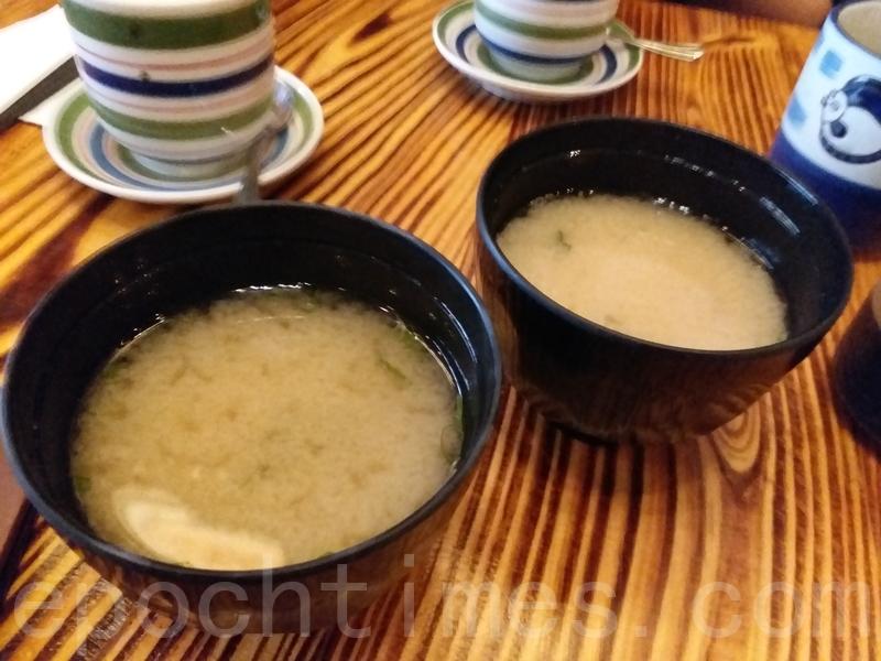 午餐時間定食包括的味增湯。