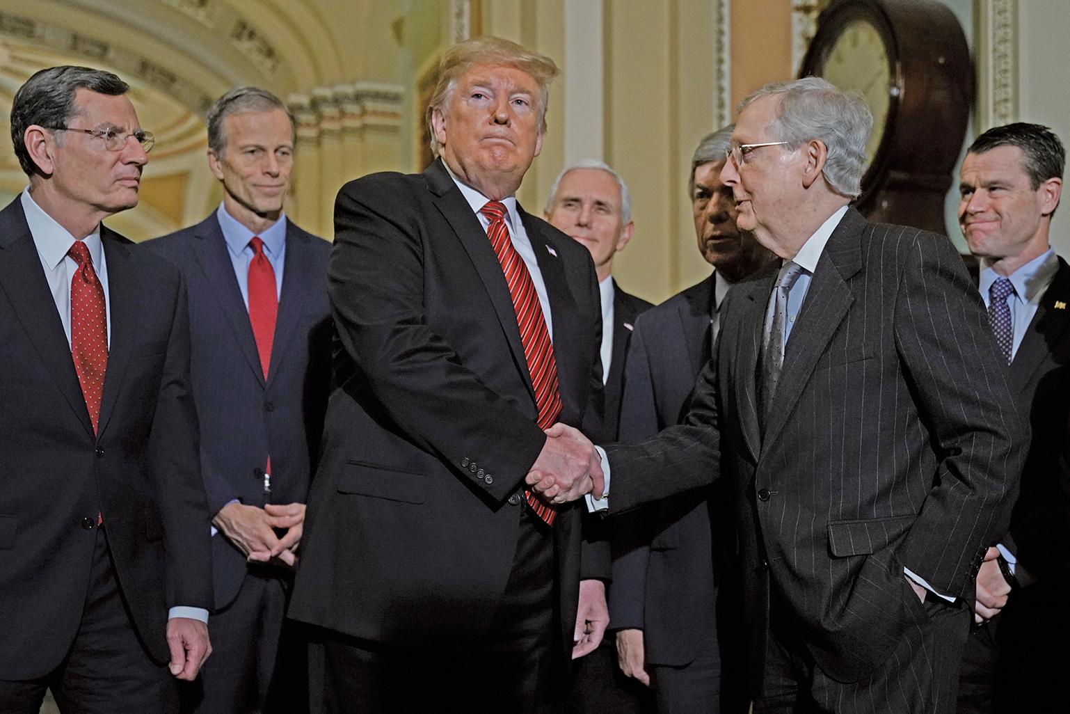 周三(1月9日)中午,特朗普總統前往國會山會見參議院的共和黨人後對外表示說,共和黨內部在邊境安全問題上團結一致。(Getty Images)