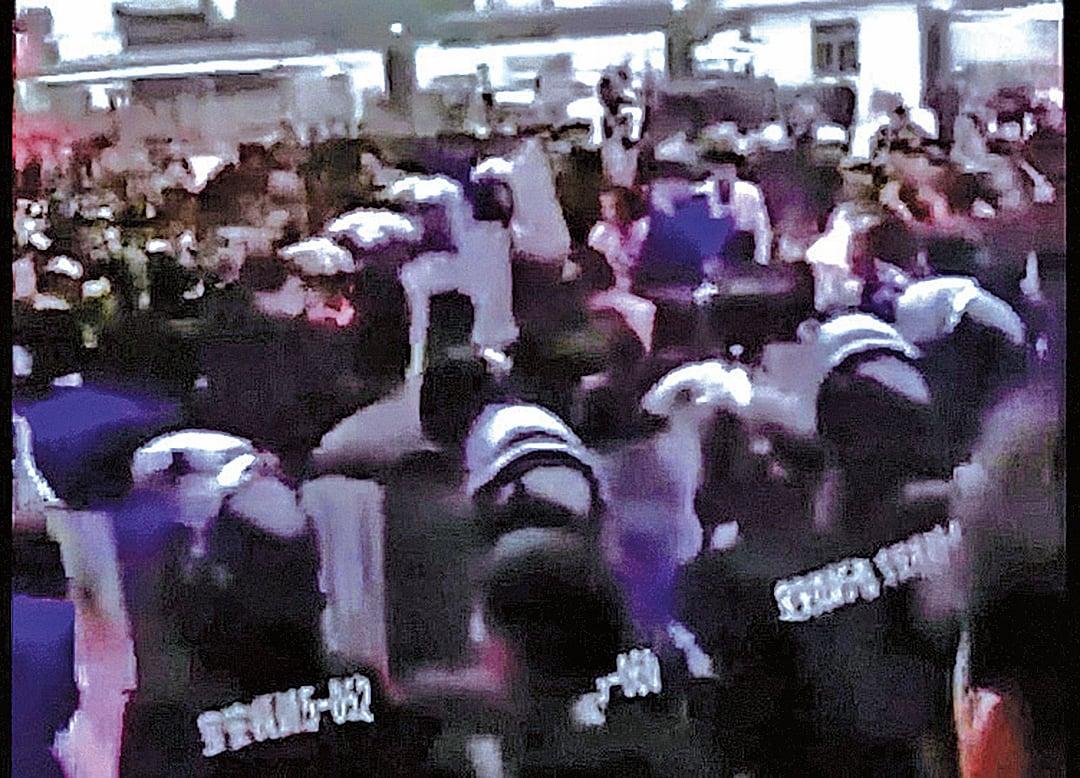 1月7日,位於廣東深圳市寶安區松崗鎮的歐朋達科技(深圳)有限公司數百名員工抗議搬遷無賠償,與防暴警察爆發衝突。(影片截圖)