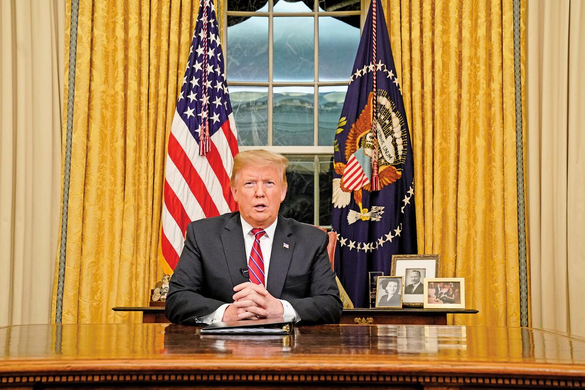 美東時間1月8日晚間九時,特朗普總統向全國發表其上任首次電視演說,指美墨邊境存在國家安全及人道危機,呼籲國會同意57億美元的建牆費。(AFP)