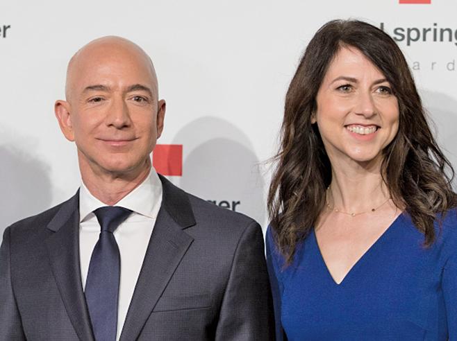 世界首富、亞馬遜公司行政總裁貝佐斯與妻子麥肯齊宣佈離婚。圖為二人。(AFP)