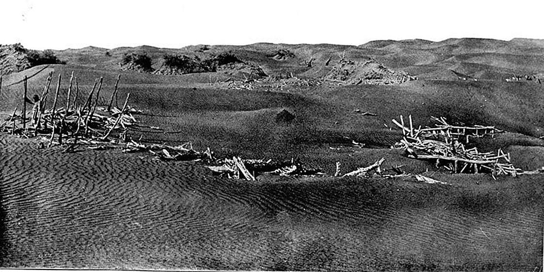 新疆和田喀拉墩,斯坦因發掘出的古代遺址,照片收於斯坦因《沙埋和田廢址記》。 (公有領域)