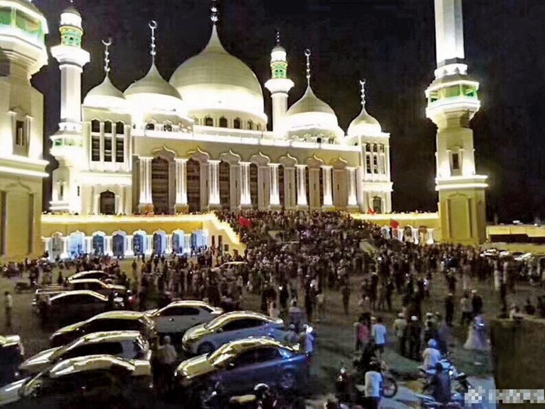 圖為去年8月寧夏韋州清真寺遭當地官方出強拆令,寺外就持續有不少穆斯林聚集。當時有消息指拆除已暫緩。(網上圖片)