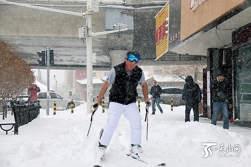 烏魯木齊暴雪行不得  市民滑雪上班