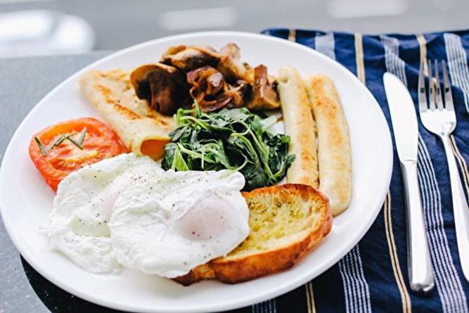 一份新的研究顯示,適當推遲早餐、提前晚餐,有益減少身體的脂肪含量。 (Creative Commons)