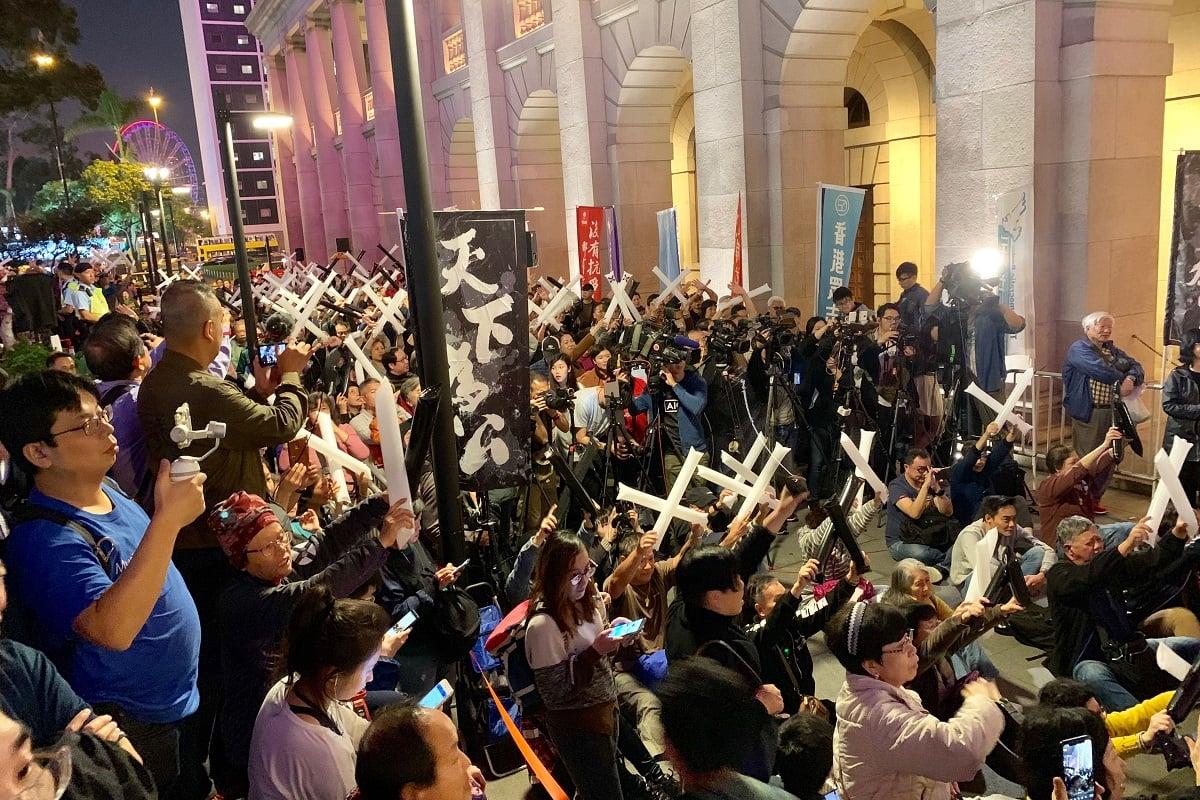 數百名市民擠滿在中環終審法院旁的空地,他們不停哨子,及手持黑白分明的波波棒,抗議律政司司長鄭若驊不檢控梁振英。(李逸/大紀元)