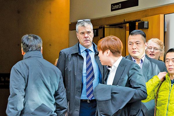 斯科特•布拉德利(Scott Bradley,左二)稱他辭去華為加拿大公眾事務部高級副總裁職務,但沒有說明離職原因。(Rich Lam/Getty Images)