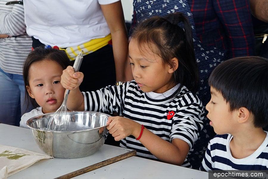 在砵仔糕工作坊中,小朋友親嚐製作砵仔糕的滋味。(陳仲明/大紀元)