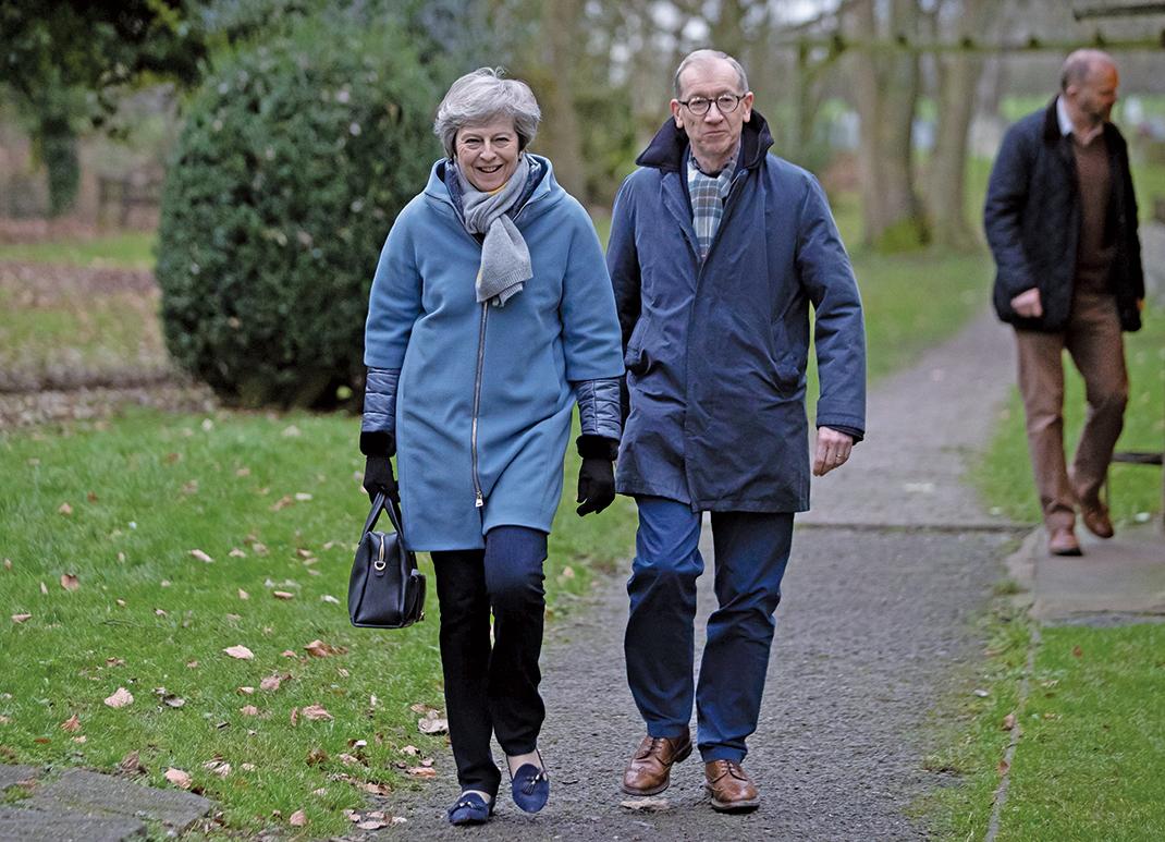 英國首相文翠珊於1月13日與夫婿上教堂後,接受媒體訪問時警告國會,若在兩天後投票否決脫歐協議,將會造成英國的民主大災難。(AFP)