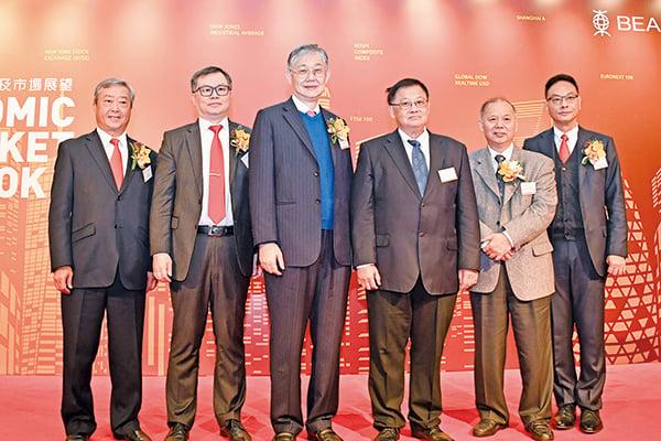 中原集團創辦人施永青(左三)和東亞銀行貨幣及利率交易部主管陳德祥(左二),昨出席東亞銀行研討會。(郭威利/大紀元)