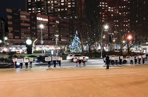 2019年1月10日晚,個別親共份子出現在紐約林肯中心,試圖干擾神韻晚會。(大紀元)