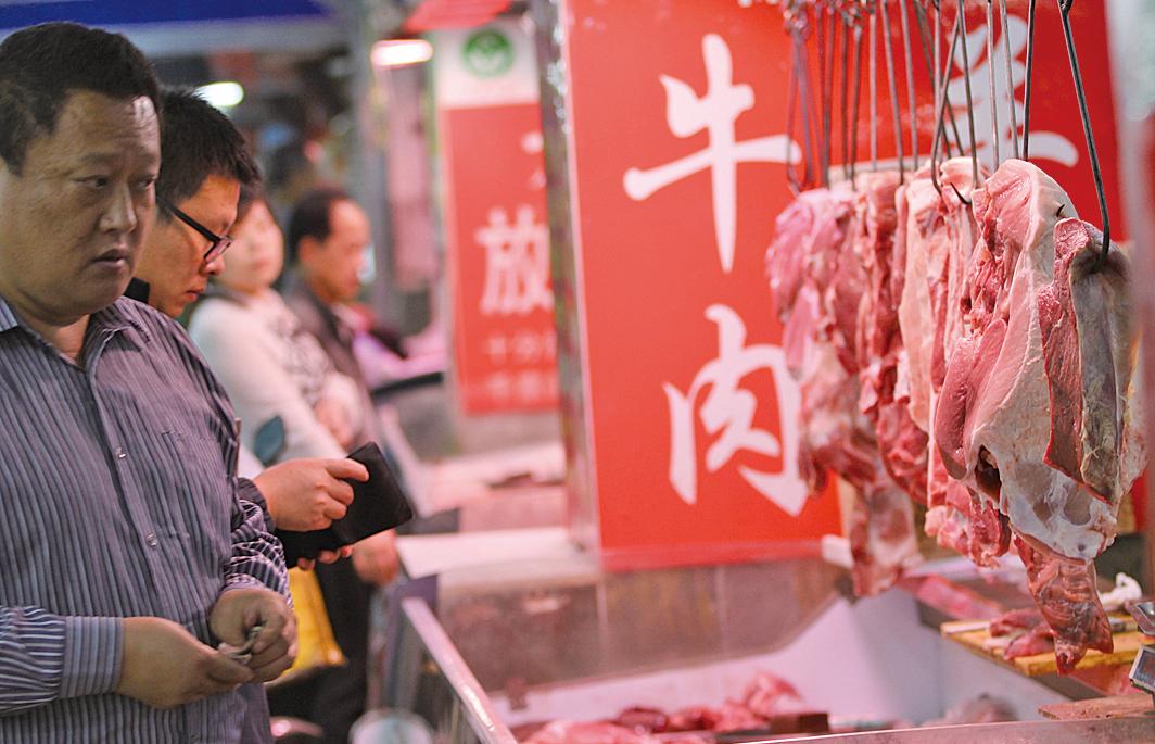 受非洲豬瘟影響,民眾不敢吃豬肉,轉而購買牛肉等其他肉類,使牛羊肉價上漲。圖為青島鮑島農貿市場。(大紀元資料室)