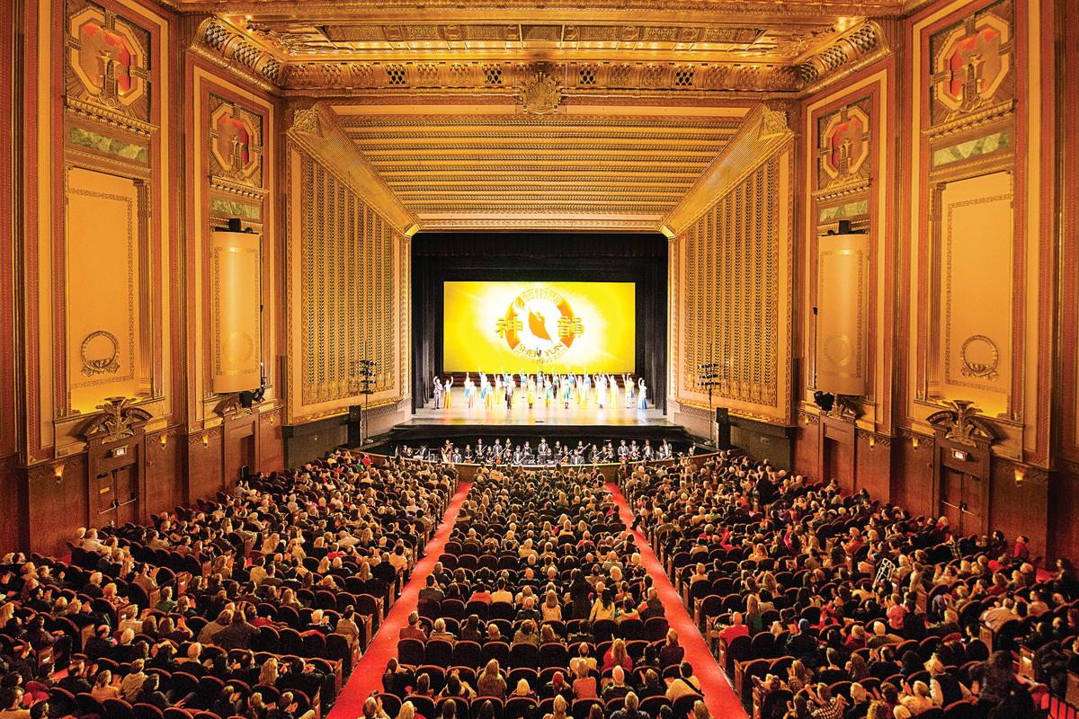 神韻國際藝術團在芝加哥歌劇院(Civic Opera House)的演出。(陳虎/大紀元)