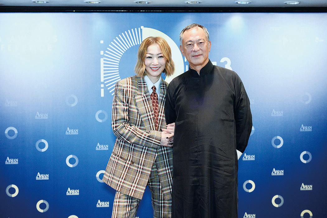鄭秀文(左)與著名導演杜琪峯博士合照。(宋碧龍/大紀元)