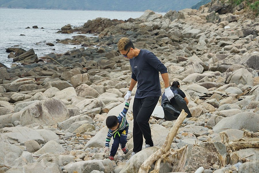 家長與小朋友一起參與淨灘活動。(曾蓮/大紀元)