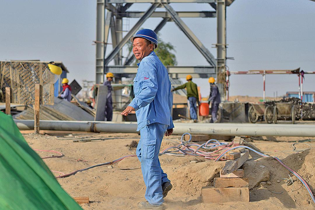 圖為一名中國工人在巴基斯坦的一處燃煤電廠施工。(AFP)