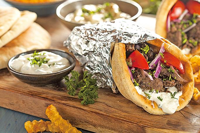 包著烤肉(Gyros)的希臘烤肉捲餅(Gyros Pita)。