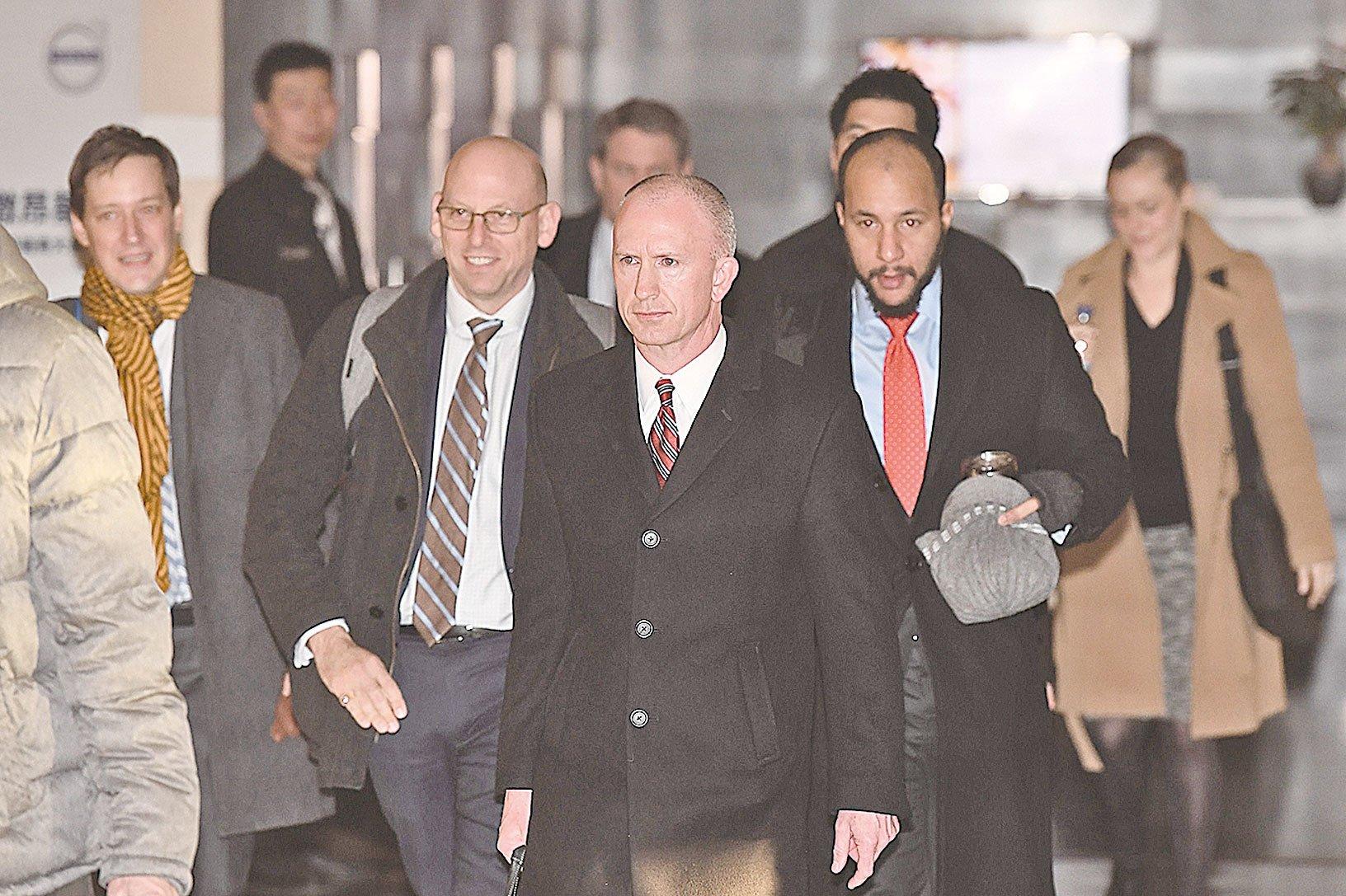 中美貿易談判1月9日在北京結束,圖為美國代表團離開酒店前往談判會場。(GREG BAKER/AFP/Getty Images)
