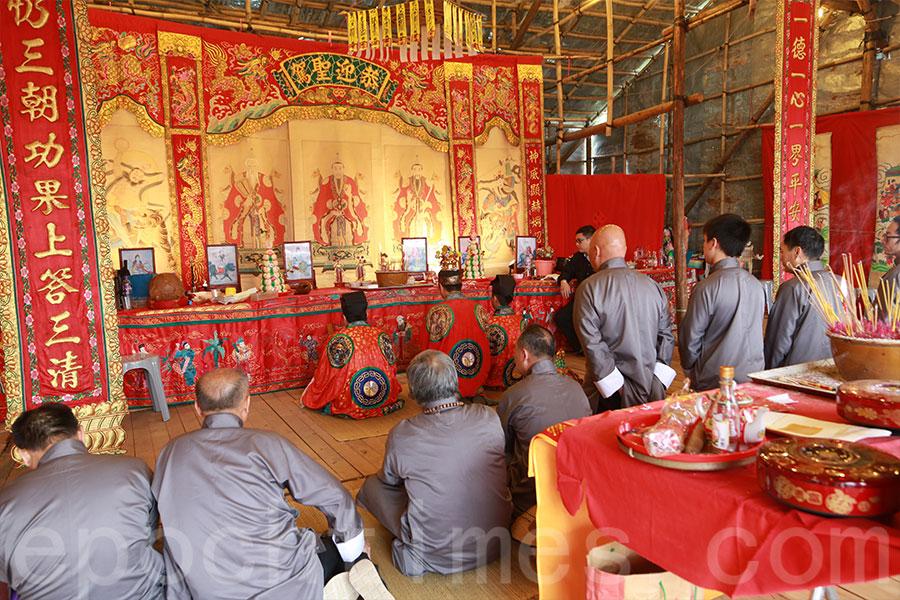 喃嘸帶領十名緣首進行各項打醮儀式。(陳仲明/大紀元)