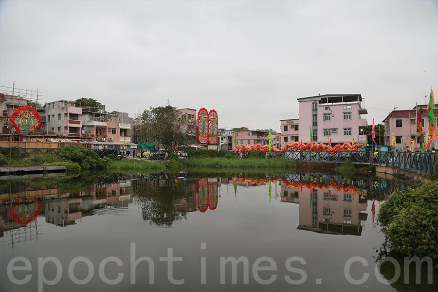 沙江圍門前保留具傳統村落特色的風水池。(陳仲明/大紀元)
