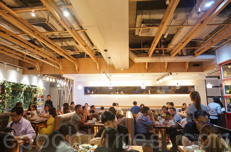 餐廳不接受電話訂位,必須親自到場攞票等位入座。