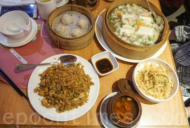 雞絲粉皮、蟲草花燉雞湯、小籠包、籠仔海鮮蒸豆腐和翔龍炒飯。