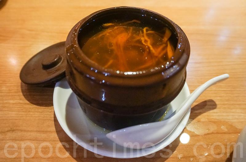 蟲草花燉雞湯足料、不油膩,重點是不添加味精,好喝。