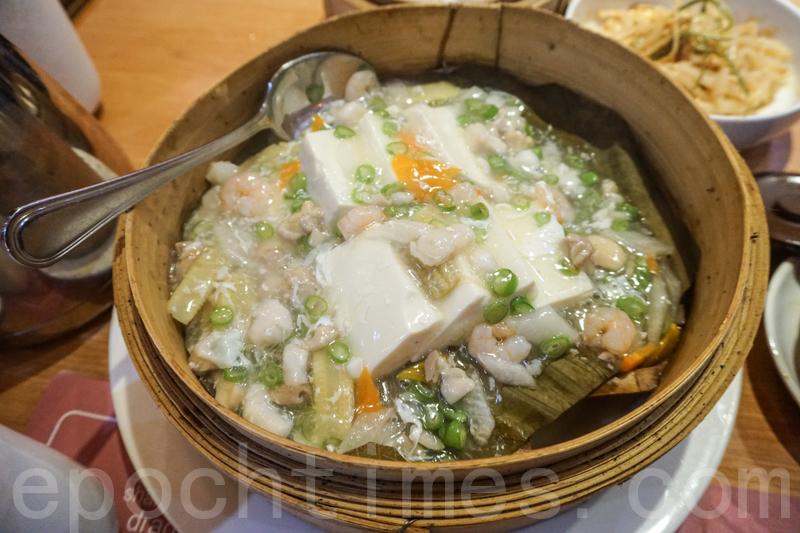 籠仔海鮮蒸豆腐香滑得像吃豆腐花。