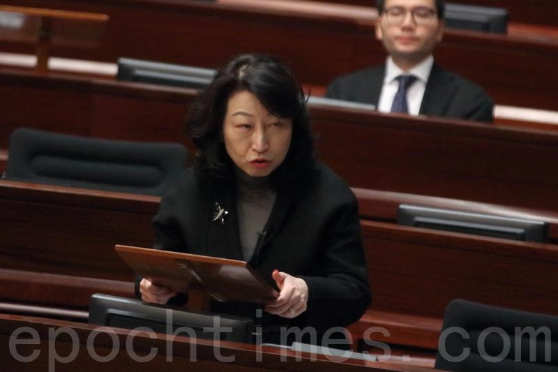 鄭若驊昨日首次到立法會回應UGL案。(蔡雯文/大紀元)