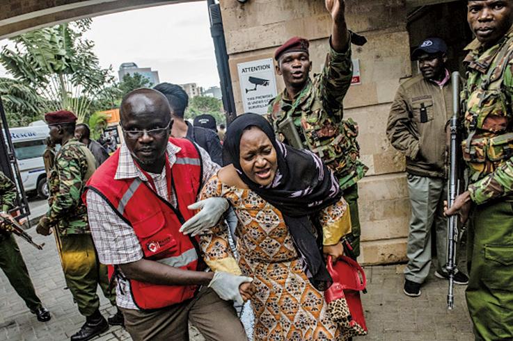 肯尼亞首都內羅畢的一家高檔酒店和購物中心1月15日遭到恐怖組織襲擊。圖為一名婦女被救出。(Getty Images)