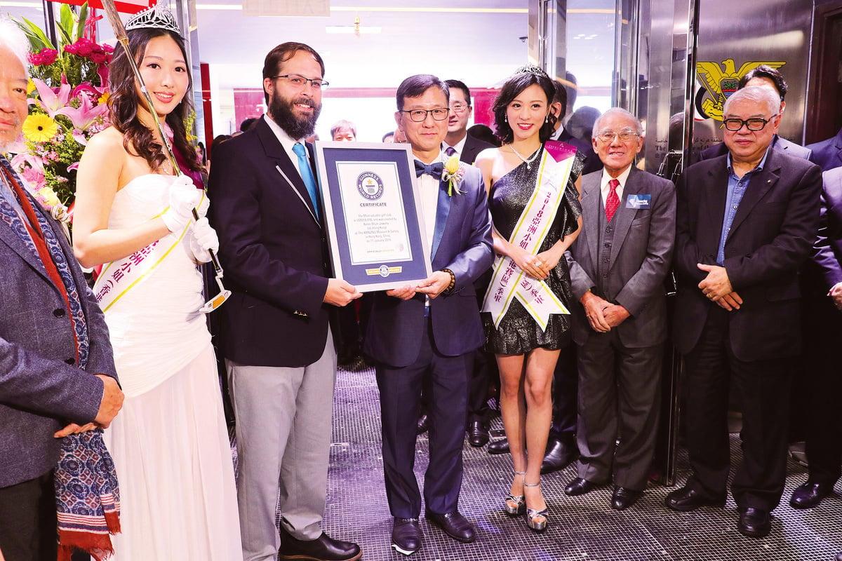 2018亞洲小姐冠軍梁雪瑤(左一)手持新健力士紀錄——高爾夫球桿,和其他在場嘉賓一起陪同沈運龍(左三)接受健力士認證官頒獎。(陳仲明/大紀元)