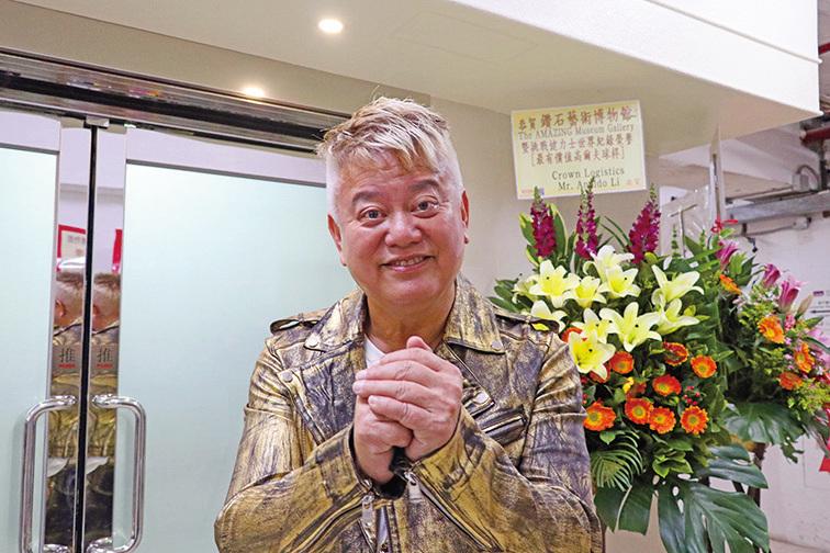 陳百祥稱讚沈運龍博士代表了香港珠寶界一個很勤力的例子。(陳仲明/大紀元)