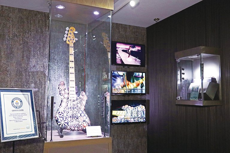 展覽珍品包括早前得獎作品——鑲嵌最多寶石結他(Most Jewels Set on a Guitar)。(陳仲明/大紀元)
