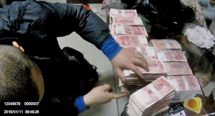 「精準扶貧」詐騙案查獲得涉案現金。(影片截圖)