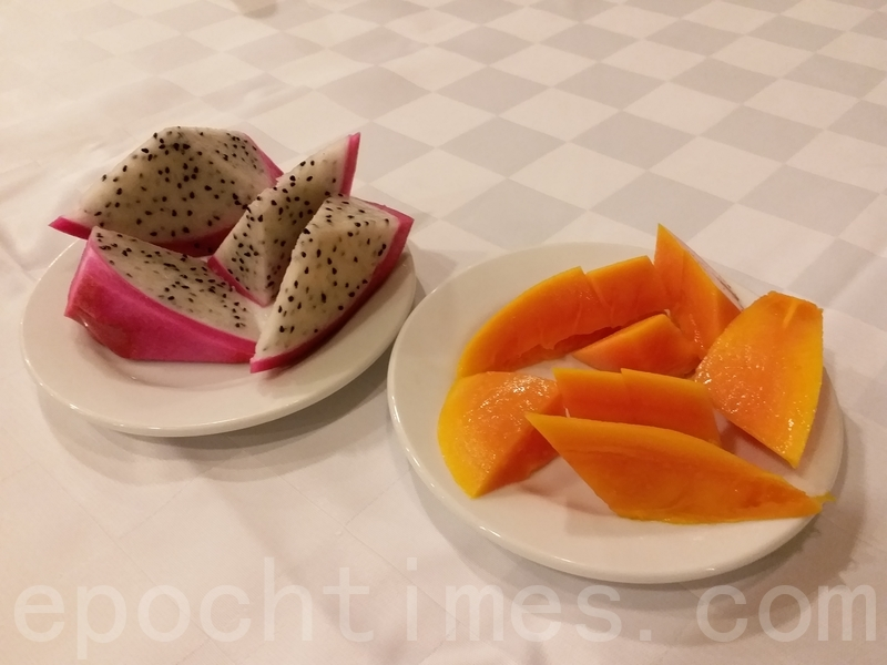 火龍果(左)和木瓜果。