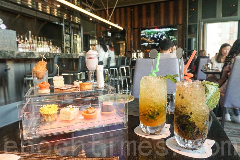 Tea set共有12件(六款冷熱鹹點加六款甜品),不用層架,是用一個透明膠櫃分兩層擺放。