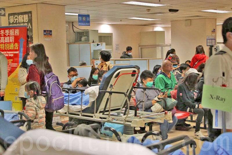 過去一周公立醫院急症室求診的病人最高達6,751人次,多間醫院的急症室和內科住院病床繼續爆滿。(蔡雯文/大紀元)