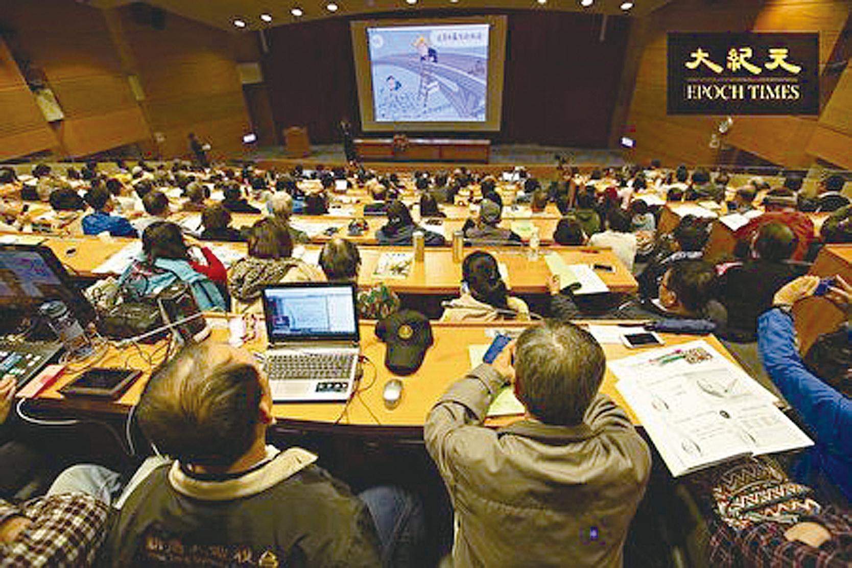 中華民國自由通訊傳播協會12月9日舉辦「美中持續熱戰 台灣如何是好?」論壇,現場座無虛席。 (許基東/大紀元)