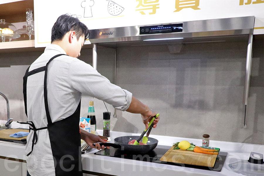 Primada寶康達獨家代理i+Home愛家名品邀請新鮮肉類食材專門店新記負責人Howard Lau,示範使用Primada寶康達旋風無味抽油煙機,輕鬆製作新年菜式。(陳仲明/大紀元)