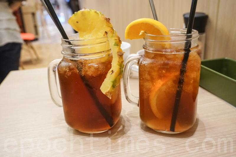 菠蘿果茶(左)和自家製冰茶。