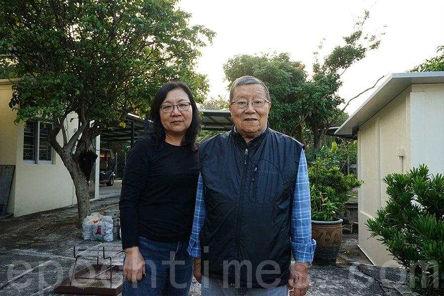 曾任職村長五十五年的李志峯先生(右)及現任村長李秀梅(左)。(曾蓮/大紀元)